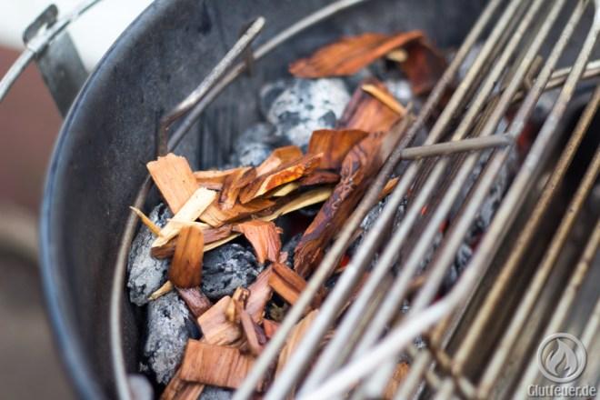 Die Woodchips kommen direkt auf die Glut