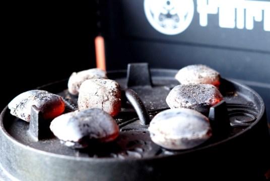 Kohlen auf den Dutch Oven