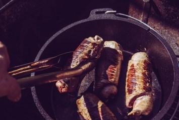 Rouladen aus dem Dutch Oven nehmen