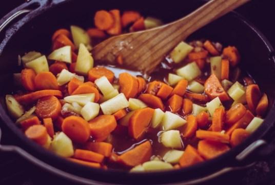 Möhren und Kartoffeln in Gemüsebrühe
