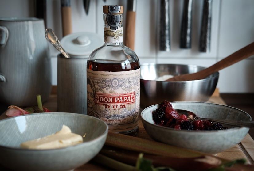 Beeren Rhabarber Cobbler Zutaten mit Rum