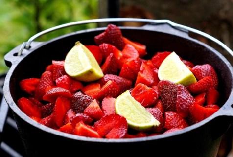 Erdbeeren im Dutch Oven