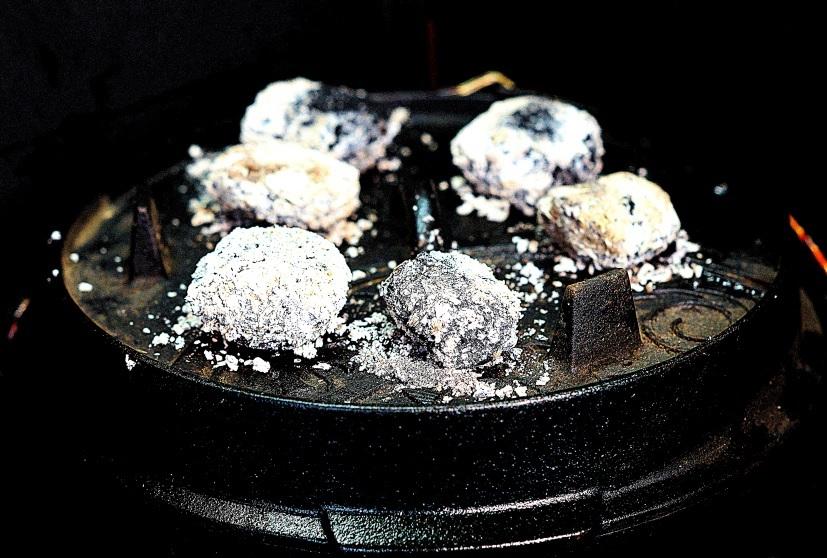 Dutch Oven mit Kohlen auf dem Deckel
