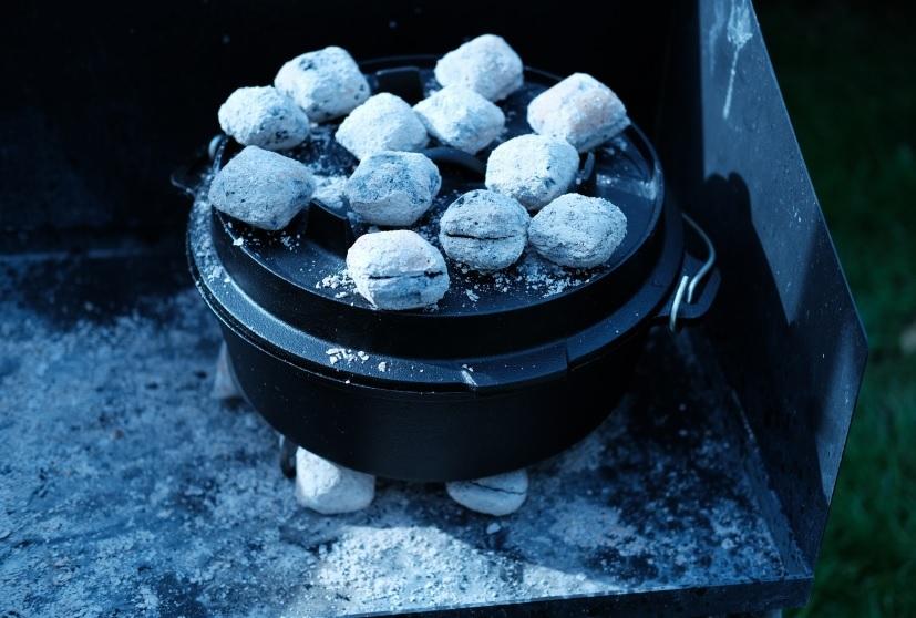 Dutch Oven von Valhal Outdoor mit Kohlen