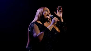 "Photo of Kierra Sheard Performs ""Something Has to Break"" with Mom, Karen Clark Sheard at BET Awards"