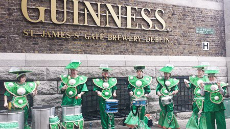 Street performersoutside the Guinness Brewery.