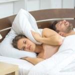 6 tips om een snurkende partner tegen te gaan