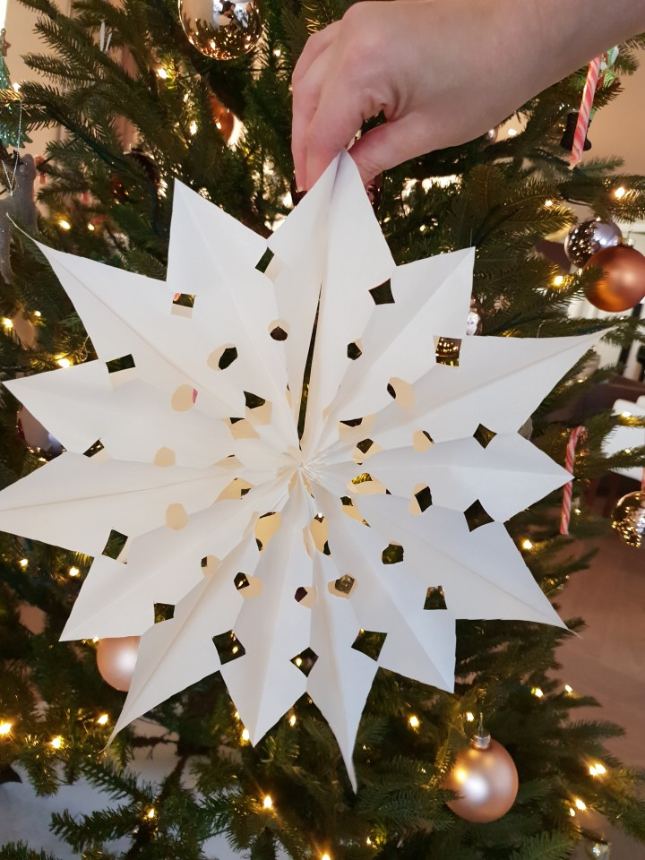 DIY van een super mooie en simpele kerstster van papier. Deze DIY kerstster maak je simpel en snel van papieren broodzakjes samen met je kinderen.