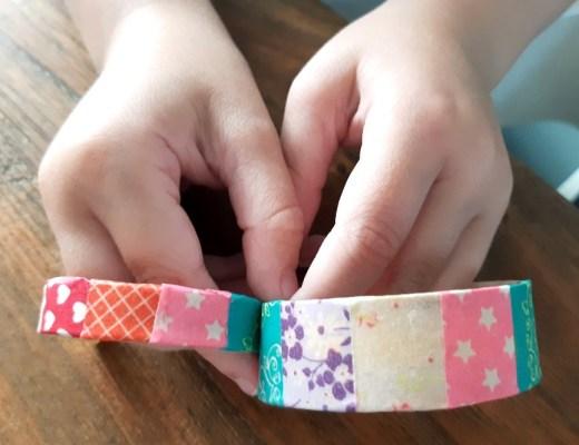 Armbandje van ijsstokjes knutselen