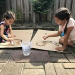 Waterspelletjes met huis-tuin-en-keuken spullen