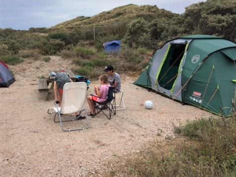 kamperen met grote kinderen in een tent