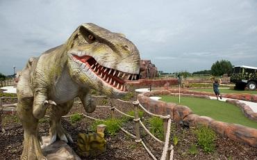 Mijn zoon is dol op dino's en omdat dit jaar de zomervakantie anders is verlopen dan normaal, waren we op zoek naar leuke uitjes. Graag vertel ik jullie in deze blog hoe ze het Dino Experience park in Gouda vonden.