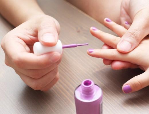 Wat voor soort nagellak is geschikt voor kinderen en bestaat er zoiets als kindvriendelijke nagellak? In deze blog vind je de antwoorden!