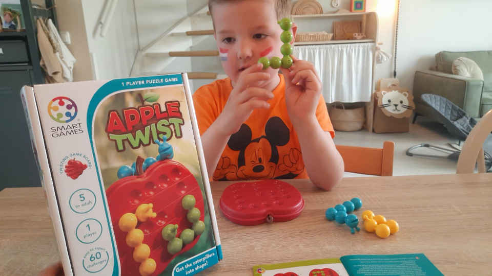 """Drie rupsen die zich in bochten wringen en een appel die in vijf delen gedraaid kan worden. Dat is het spel van Smart Games, """"Apple Twist"""""""