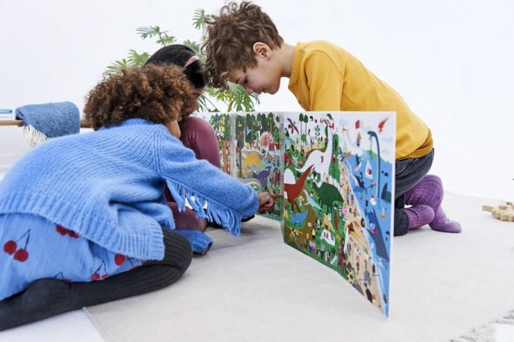 Heb jij een kleine dinosaurus fan in huis? Dan is dit boek een echte musthave. ZigZag Dinosaurussen is het dinosaurus boek van 2 meter breed.