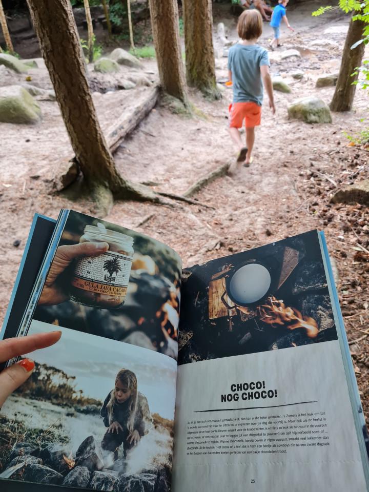 Wolvenkinderen is niet zomaar een leesboek. Het is echt een boek om buiten te gebruiken.