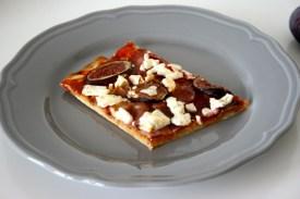 Pizza mit Feigen, Speck & Ziegenfeta1