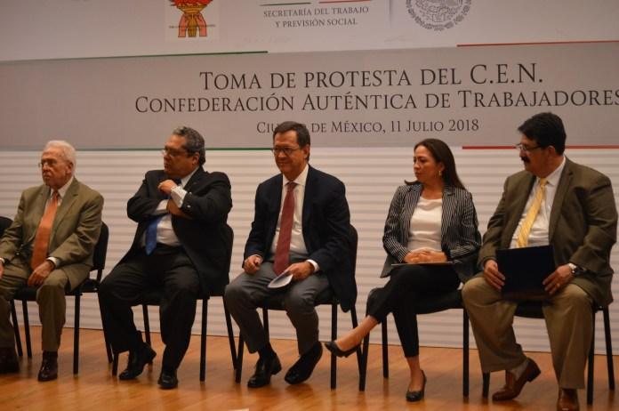El Secretario del Trabajo, Roberto Campa y miembros del presidium en la toma de nota del cat