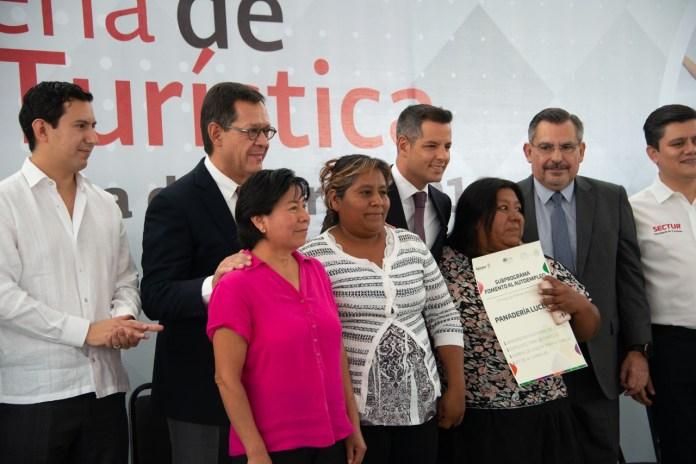 El Secretario del Trabajo, Roberto Campa y el Gobernador de Oaxaca, Alejandro Murat Hinojosa entregan reconocimientos a beneficiarios de subprogramas de la Secretaría