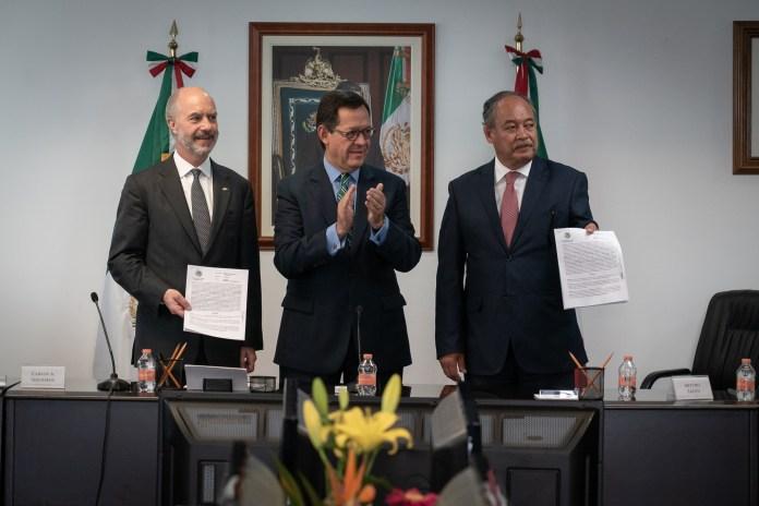 El Secretario del Trabajo, Roberto Campa, junto con Javier de la Calle, Director General del Nacional Monte de Piedad y Mauro Zayún, Secretario del Sindicato