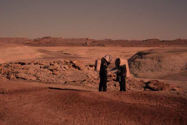 Astronautas se miran fijamente en un desierto de Estados Unidos donde se simula la estancia en Marte