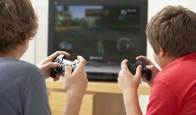 Jugando videojuegos.