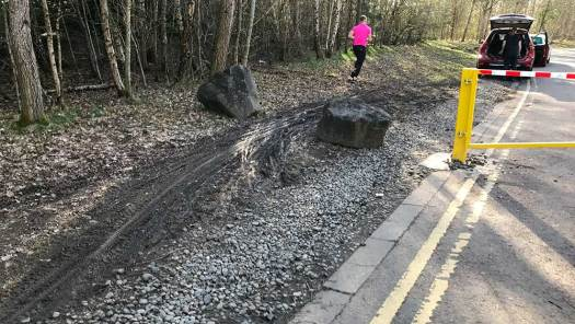 Strathclyde Park Spine Road at Bothwellhaugh roundabout showing bike tyre tracks in mud beside gate