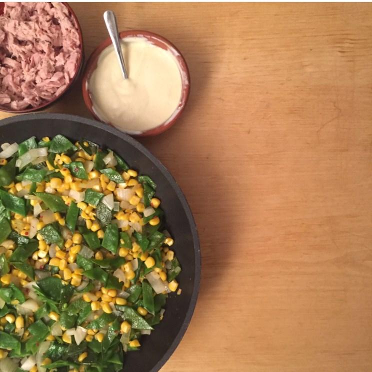 bereiding slawraps nicoise met gezonde tonijnsalade, mais en mangetout