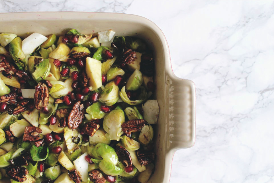 Winterse salade van spruitjes en raapjes met granaatappel en pecannoten_