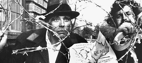 Joseph Beuys ging an Grenzen – wie hier 1972 beim Protest gegen die eigene Kunsthochschule – und beeinflusste damit die Künstler*innengenerationen nach ihm.