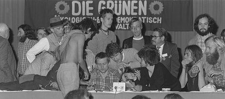 Joseph Beuys (links mit Filzhut) beim Parteitag der Grünen 1980 in Dortmund.