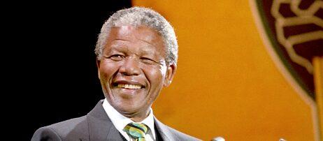 Totgeglaubte leben länger: Zum Zeitpunkt der Aufnahme dieses Bildes im Jahr 1990 hätte Nelson Mandela schon lange tot sein müssen, glaubt man den Erinnerungen vieler Zeitgenossen. Sein vermeintliches Ableben steht Pate für das Phänomen kollektiver falscher Erinnerungen – den Mandela-Effekt.