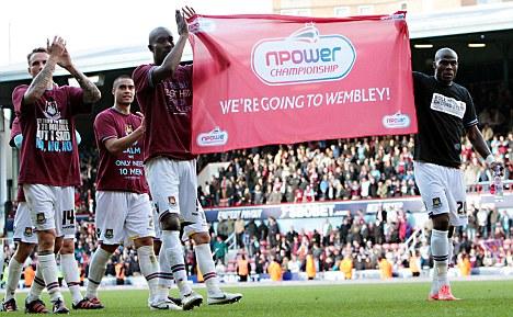 West Ham Spelers Met Een Gesponsorde Vlag