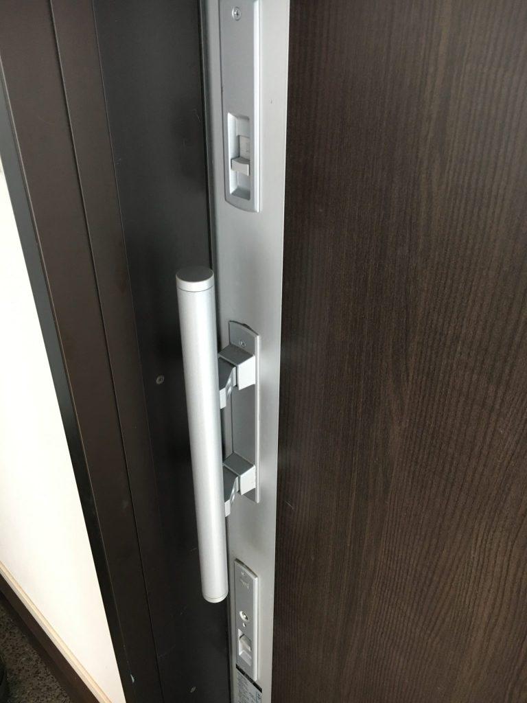 玄関ドアのチェーンがない