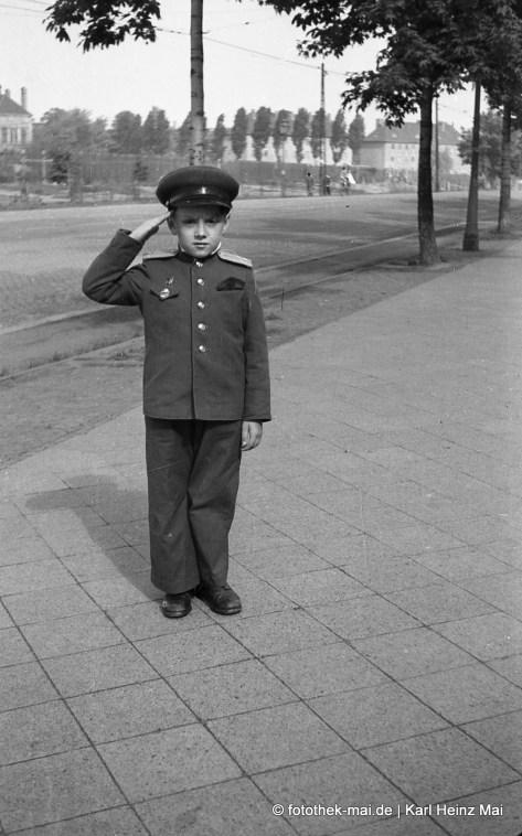 1948 Leipzig, Landsberger Str. Sowjetisches Kind der Garnison in Uniform, grüßend