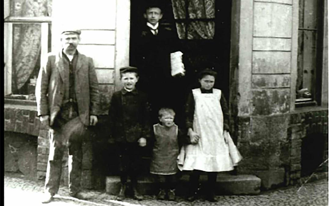 Bäckerei Hermann Eckart um 1910. Der größere Junge in der Mitte ist der Vater des Autors.