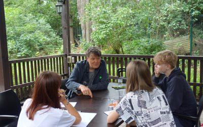 Geschichte in Geschichten: Schüler fragen Zeitzeugen – im Garten