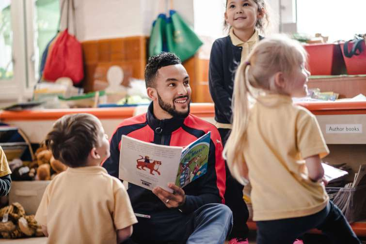 Premier League Primary Stars - Teho Walcott reading with school children