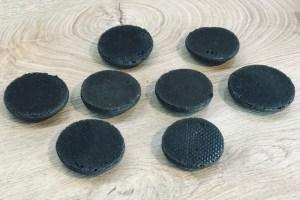 Ungefüllte schwarze Macaronhälften