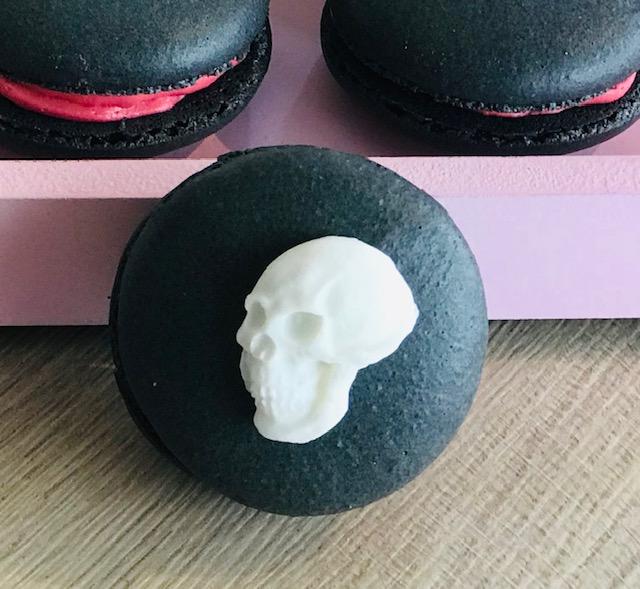 Schwarzer Halloween-Macaron