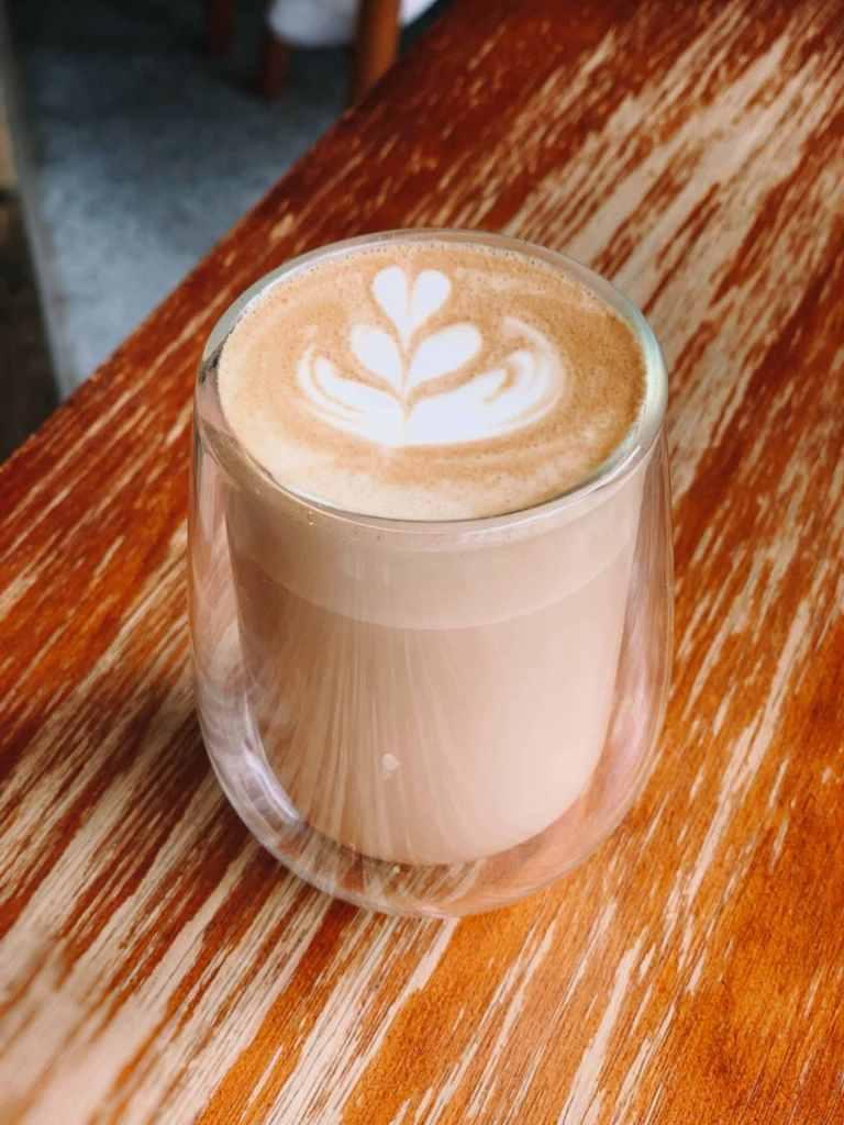 Milchkaffee in einem Glas