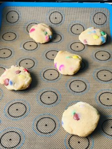 Bunte Smarties®-Cookies auf dem Backblech