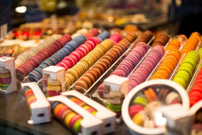 Bunte Macarons im Laden