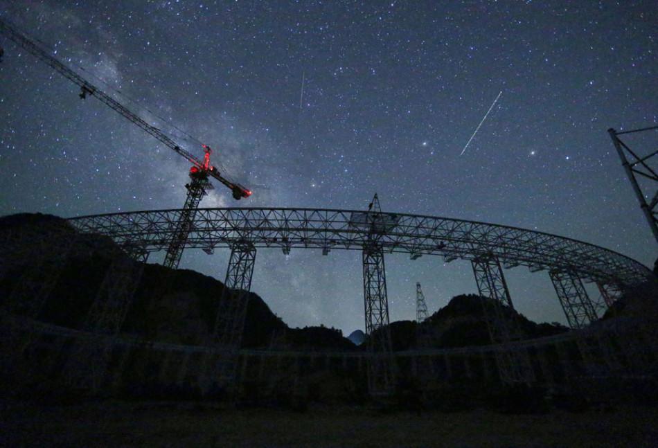 2014年7月23日,贵州平塘,500米口径球面射电望远镜(FAST)工程,从底部眺望漫天星辰。FAST工程团队拍摄