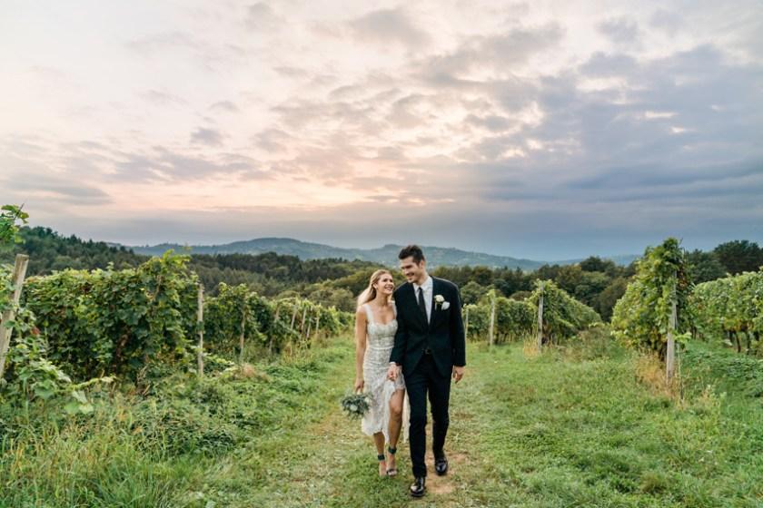 Ein Brautpaar Hand in Hand gehend in der Steiermark