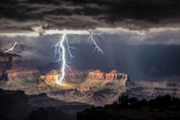 Lightning strikes Grand Canyon