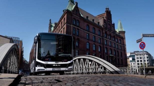 ELektrobus von MAN in Hamburg: E-Busse fertigt MAN seit 2020 in Serie. E-Lkw sollen ab 2024 vom Band laufen.