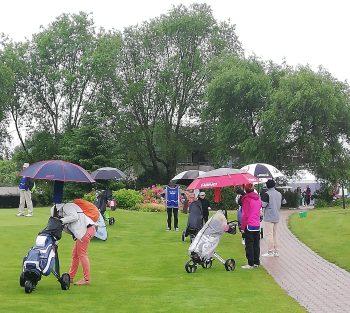 Parents et enfants jouent au golf