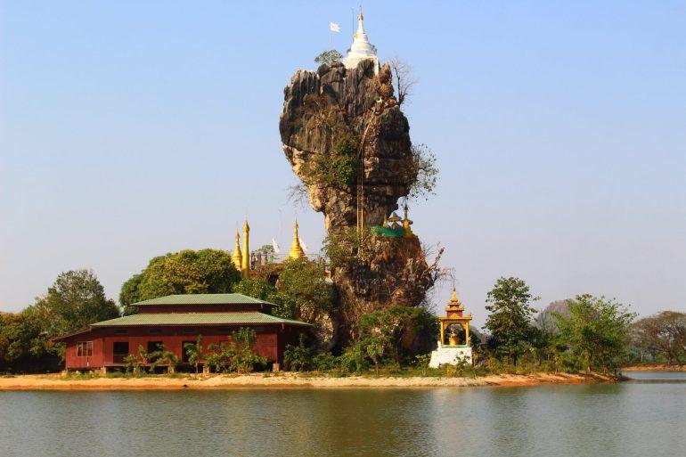 Hpa An temple on rock wereldreis