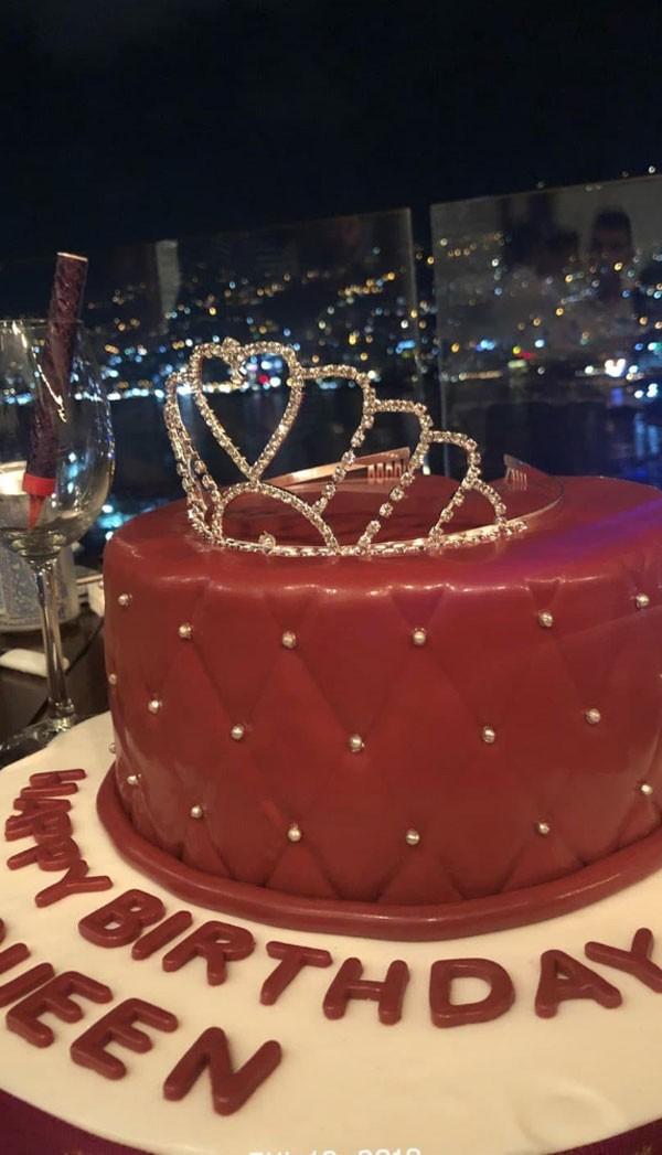 جولولي ملكة جمال لبنان بيرلا حلو تحتفل بعيد ميلادها بملابس